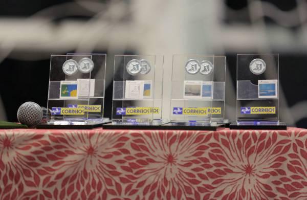 Selos personalizados e carimbo dos Correios são confeccionados em homenagem ao Acadêmico Professor Antonio Meneghetti